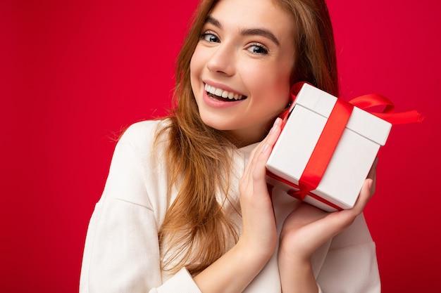 Closeup portrait photo shot of attrayant charmant jeune femme blonde souriante isolée sur rouge