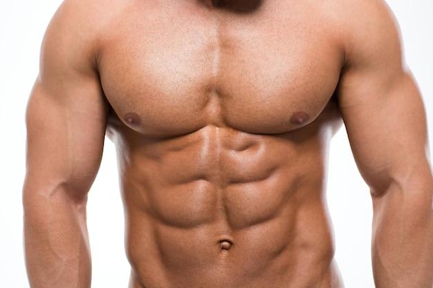 Closeup portrait d'une poitrine masculine musclée