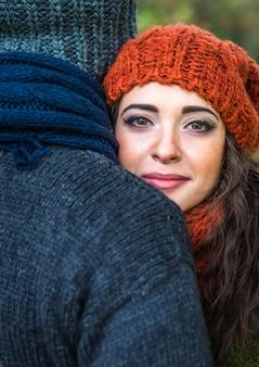 Closeup portrait romantique couple heureux à l'automne