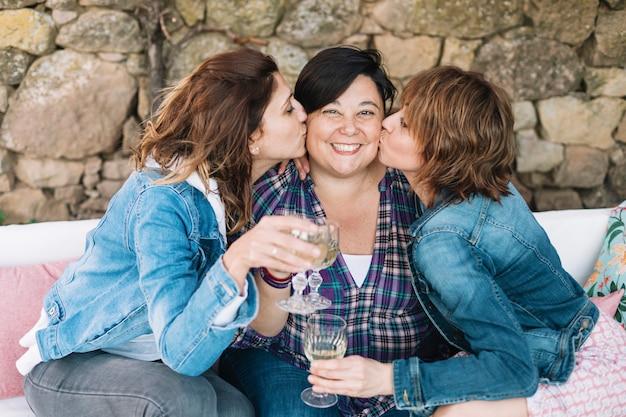 Closeup, portrait, trois, femme, amusant, embrasser, ami, délassant, séance, dehors, sourire
