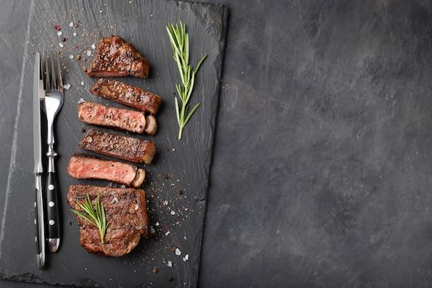 Closeup prêt à manger un steak à new york.