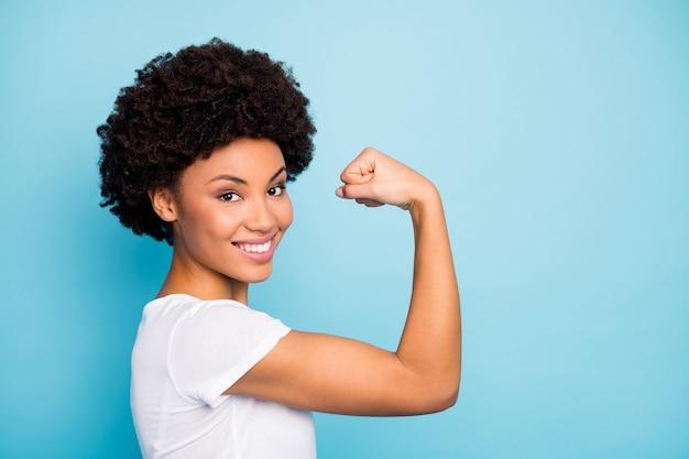 Closeup profil belle dame montrant des biceps de forme parfaite