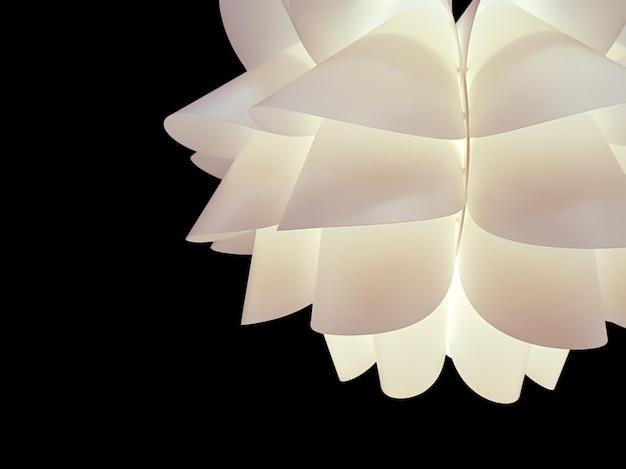 Closeup et recadrer la lampe blanche de plafond décoratif pour la maison sur fond noir.