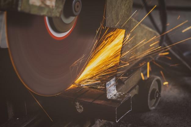 Closeup scie à métaux ou découpage de métaux travaillant dans une usine de travail des métaux