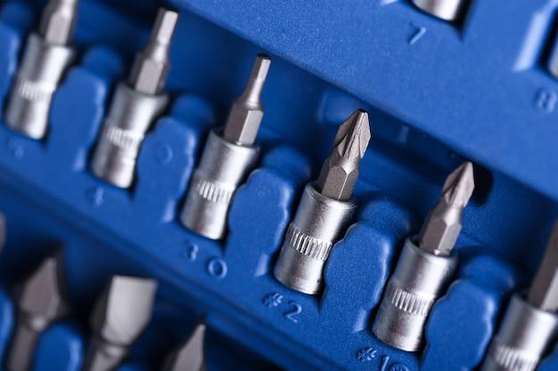 Closeup set forets métalliques pour trous dans une boîte en plastique