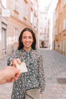 Closeup shot d'une femme en passant une carte de crédit de paiement.