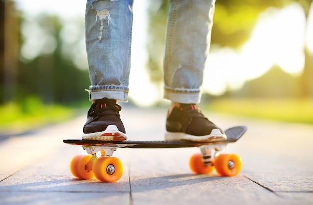 Closeup skateboard. femme sportive active s'amuser dans le parc