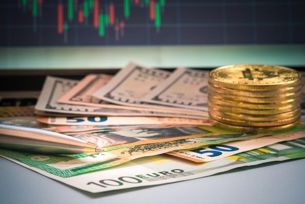 Closeup stylo et billet de banque au bureau pour le concept d'entreprise