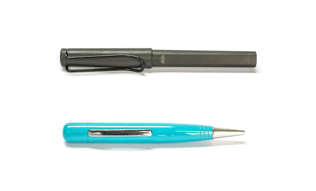 Closeup stylo noir et bleu isolé sur blanc