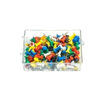 Closeup tas d'épingles colorées dans une boîte en plastique isolée on white