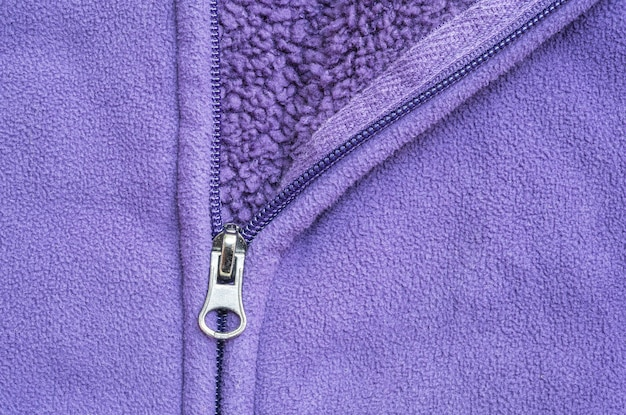 Closeup tête de fermeture éclair à fond texturé veste violette