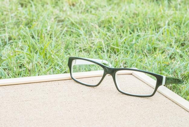 Closeup verres à bord de liège sur le sol en herbe