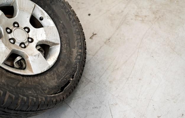 Closeup vieille voiture de pneu avec flou artistique en arrière-plan et sur la lumière