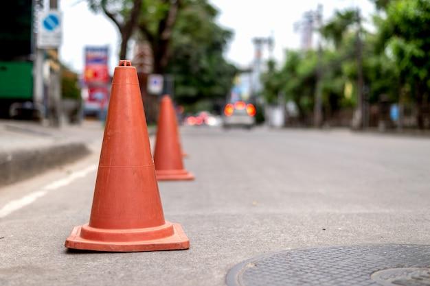 Closeup vieux cône de signalisation sur la route