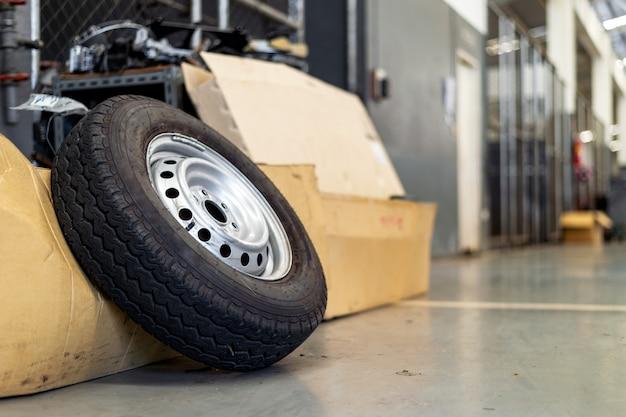 Closeup vieux pneu dans la station de réparation de voiture