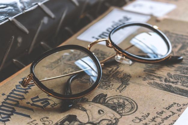 Closeup vieux verres et livre sur une table en bois
