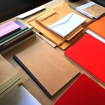 Closeup, vue aérienne, de, blocs notes, et, enveloppes, lettres, sur, table bois