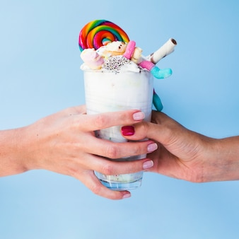 Closeup, vue, mains, délicieux, milkshake