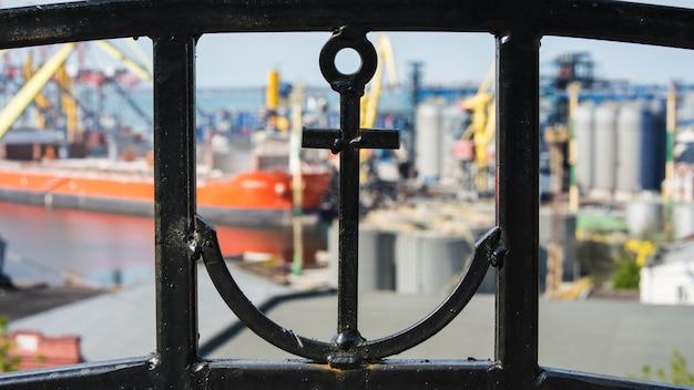 Une clôture avec une ancre et un port de mer