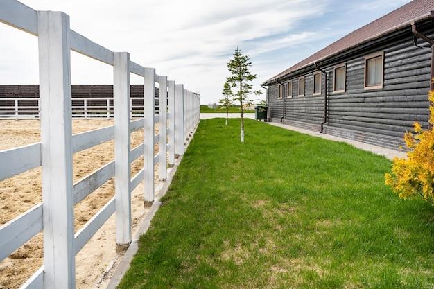 Clôture en bois blanc dans un ranch