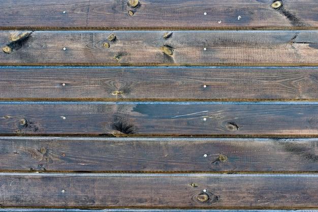Clôture en bois brun naturel noué.