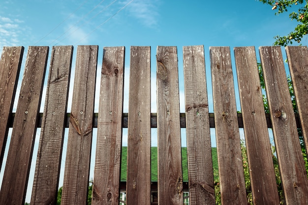 Clôture en bois dans une maison de campagne