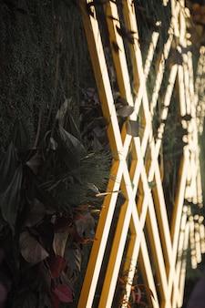 Clôture en bois jaune et blanche