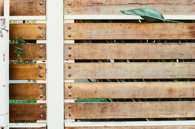 Clôture en bois avec des rivets