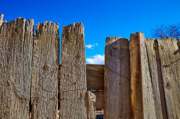 Clôture en bois vieilli dans la sierra de albarracin teruel