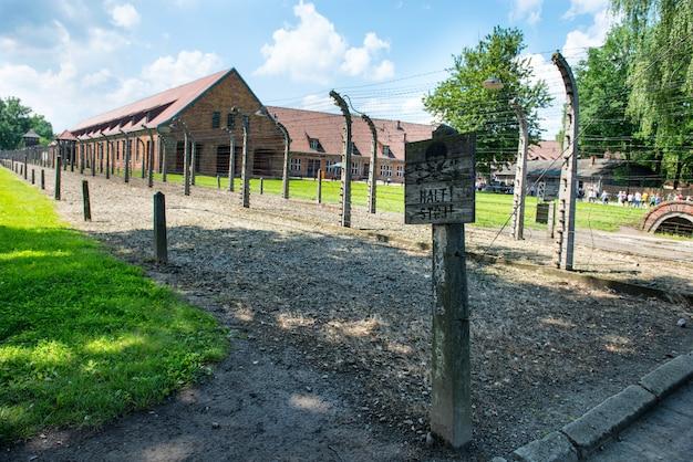 Clôture électrique dans l'ancien camp de concentration nazi auschwitz i, pologne