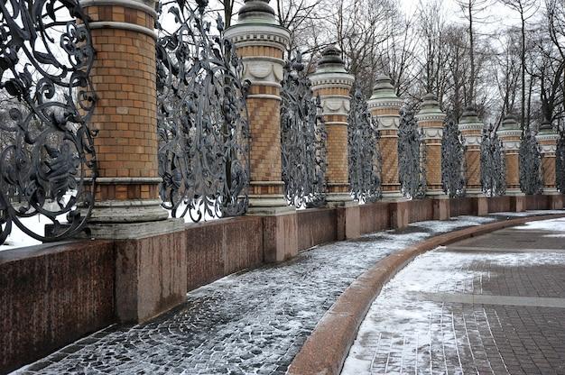 Clôture en fer forgé du jardin mikhailovsky, saint-pétersbourg, russie
