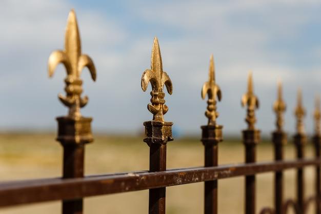 Clôture en fer forgé avec flèches décoratives, clôture décorative.