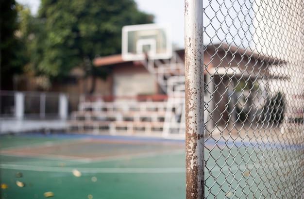 Clôture de fer net fron du terrain de basket