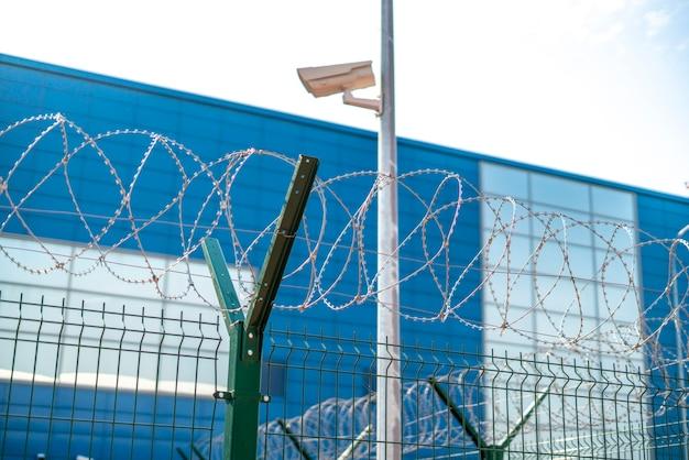 La clôture en fil de fer barbelé du territoire pénitentiaire protégé