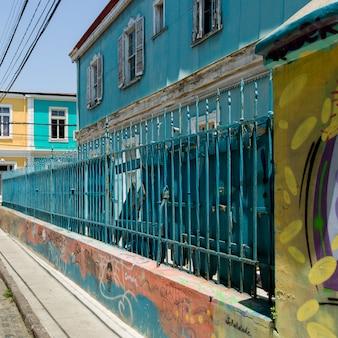 Clôture en métal le long du bâtiment, valparaiso, chili