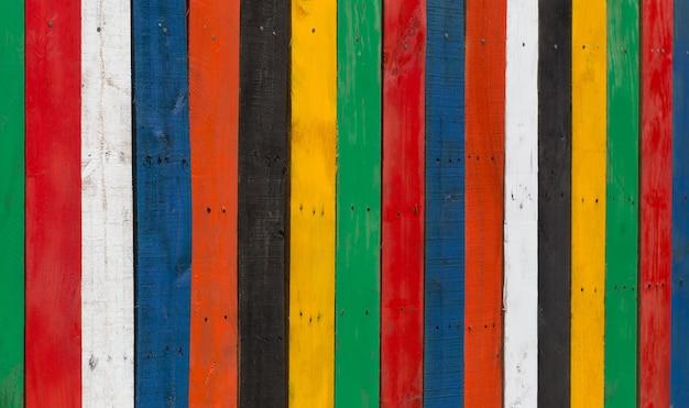 Clôture multicolore en bois dépouillé