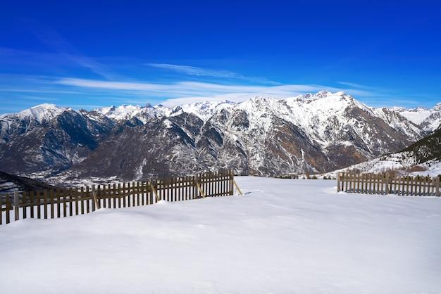 Clôture à neige en bois cerler dans les pyrénées espagnoles