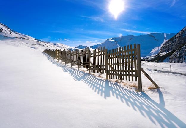 Clôture à neige en bois cerler dans les pyrénées