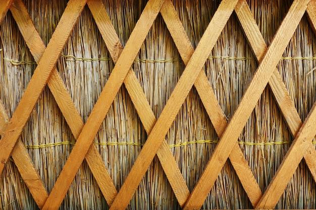 Clôture en paille avec cloisons longitudinales en bois de style kouban