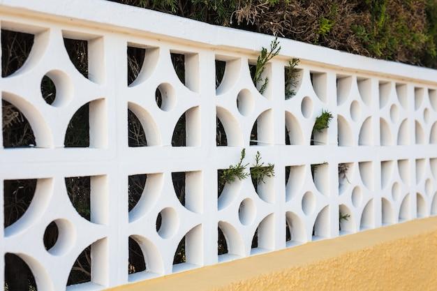 Clôture en pierre blanche. clôture blanche en perspective.