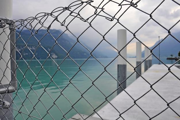 Clôtures en acier autour de la jetée de la mer, fond