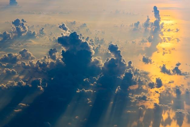Cloudscape magnifique par dessus la vue de la fenêtre de l'avion au coucher du soleil