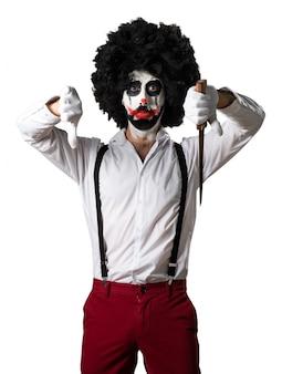 Clown assassiné avec un couteau faisant un mauvais signal