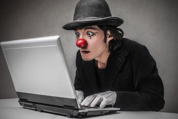 Clown cherchant sur internet