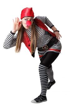Clown en costume de pirate isolé sur fond blanc