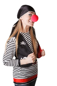 Clown en costume de pirate isolé sur fond blanc