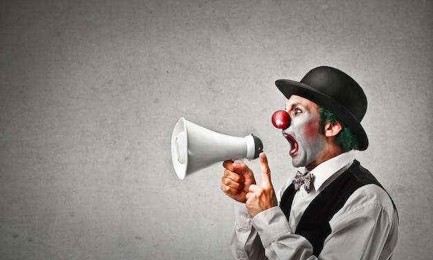 Clown criant dans un mégaphone