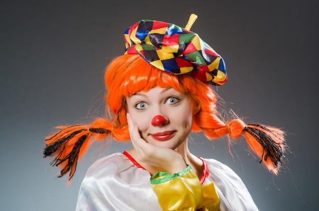 Clown drôle concept sur fond sombre