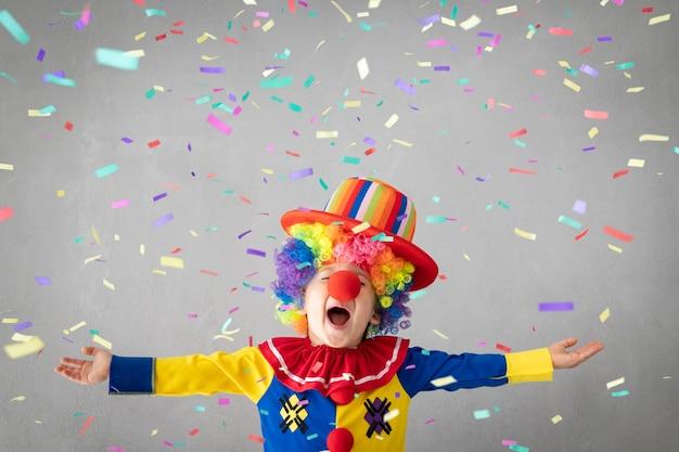 Clown drôle d'enfant contre la chute de confettis.