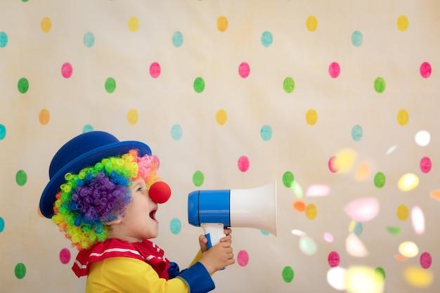 Clown drôle d'enfant contre le mur à pois.